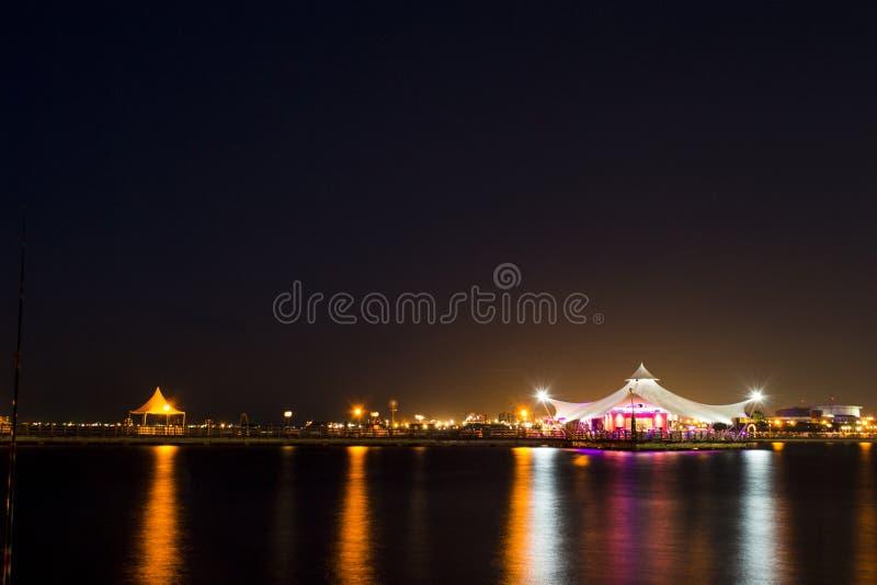 Romantisches Restaurant über dem Meer stockfoto