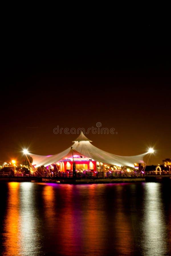 Romantisches Restaurant über dem Meer lizenzfreie stockfotos