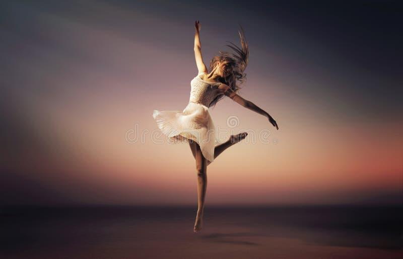 Romantisches Stimmungsporträt des springenden Tänzers stockbild