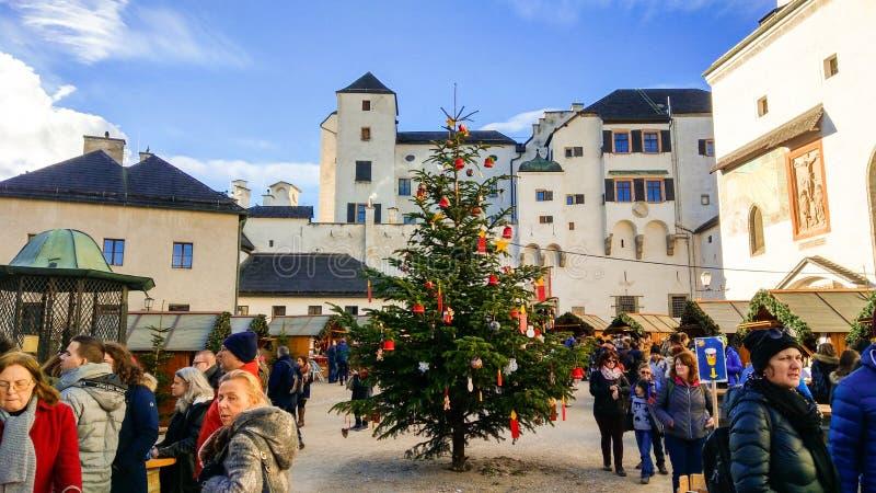 Romantisk adventmarknad i slottborggården av Salzburg, Österrike fotografering för bildbyråer