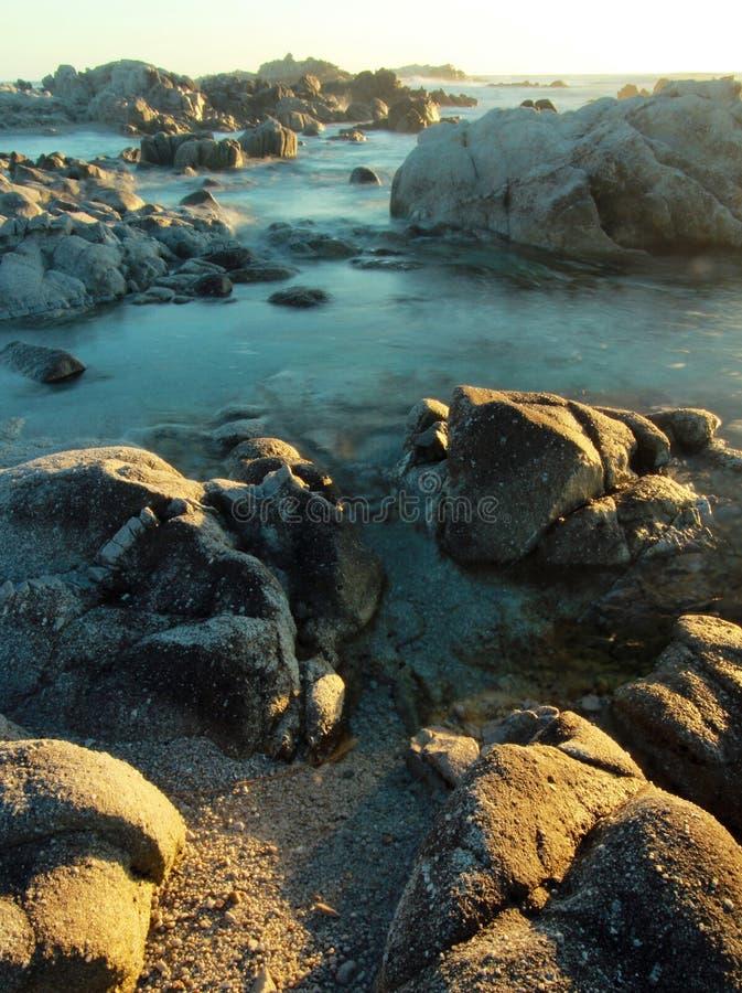 Romantisk afton över den steniga kustlinjen av Stilla havet i Stillahavs- dunge, nära 17 mil drev och Monterey, Kalifornien arkivfoton