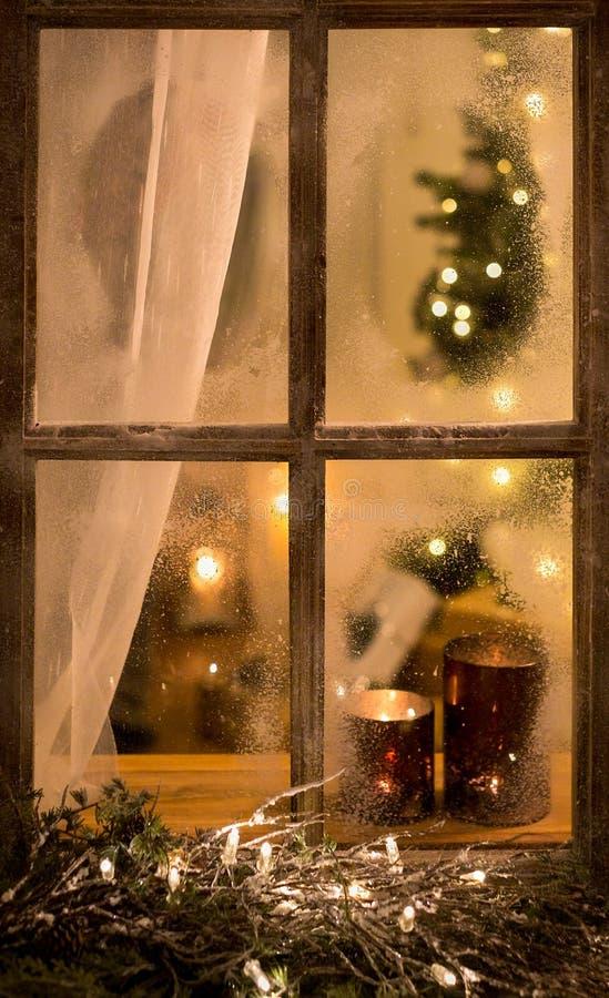 Romantisk aftonvinterplats med det gamla fönstret fotografering för bildbyråer