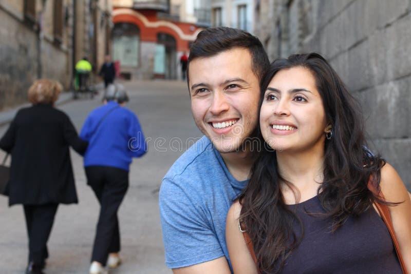 Romantisk bild av sunda etniska par fotografering för bildbyråer