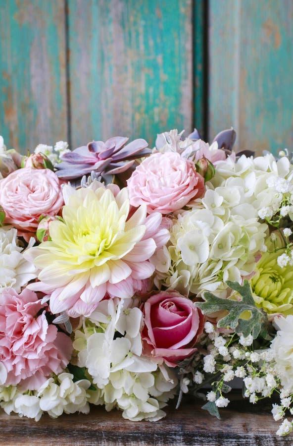 Romantisk blommabakgrund med rosor, dahlior och hortensias arkivfoton