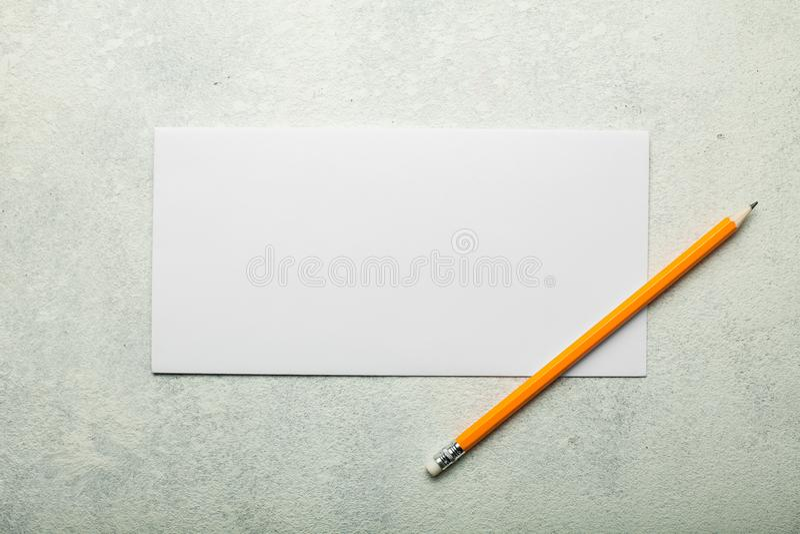 Romantisk bokstav för tappning på en vit bakgrund arkivfoto