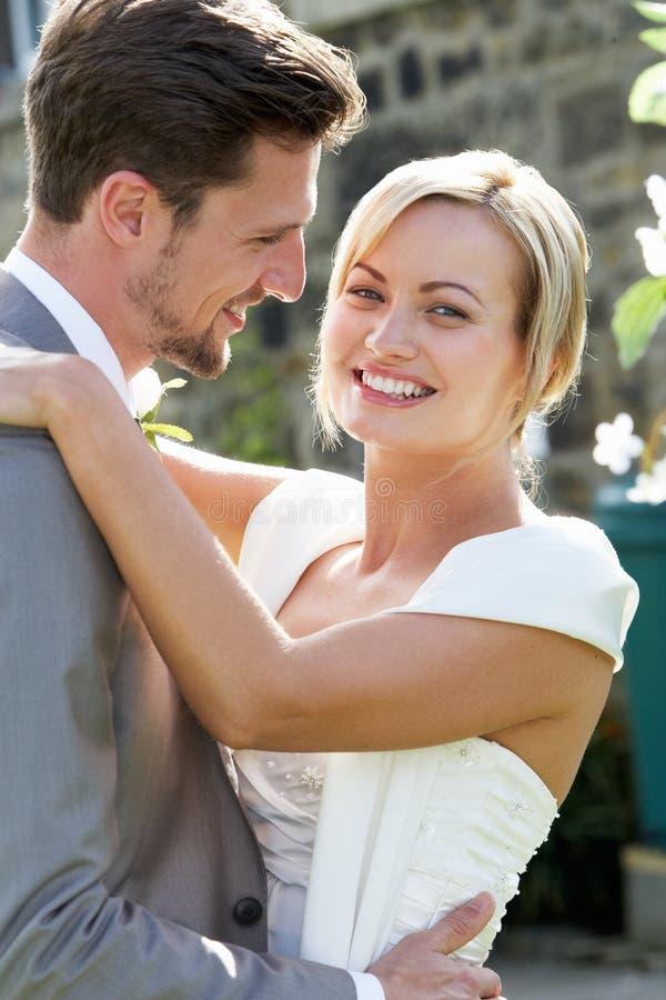 Romantisk brud och brudgum Embracing Outdoors arkivbilder