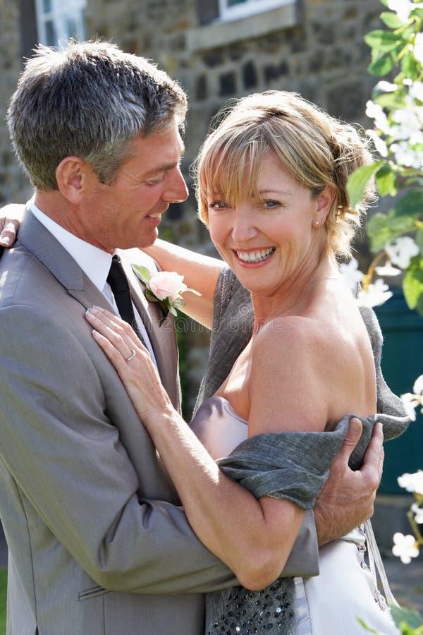 Romantisk brud och brudgum Embracing Outdoors fotografering för bildbyråer