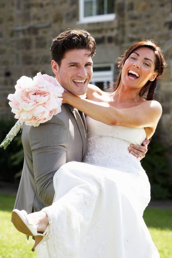 Romantisk brud och brudgum Embracing Outdoors royaltyfria bilder