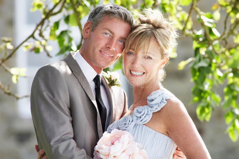 Romantisk brud och brudgum Embracing Outdoors royaltyfri foto