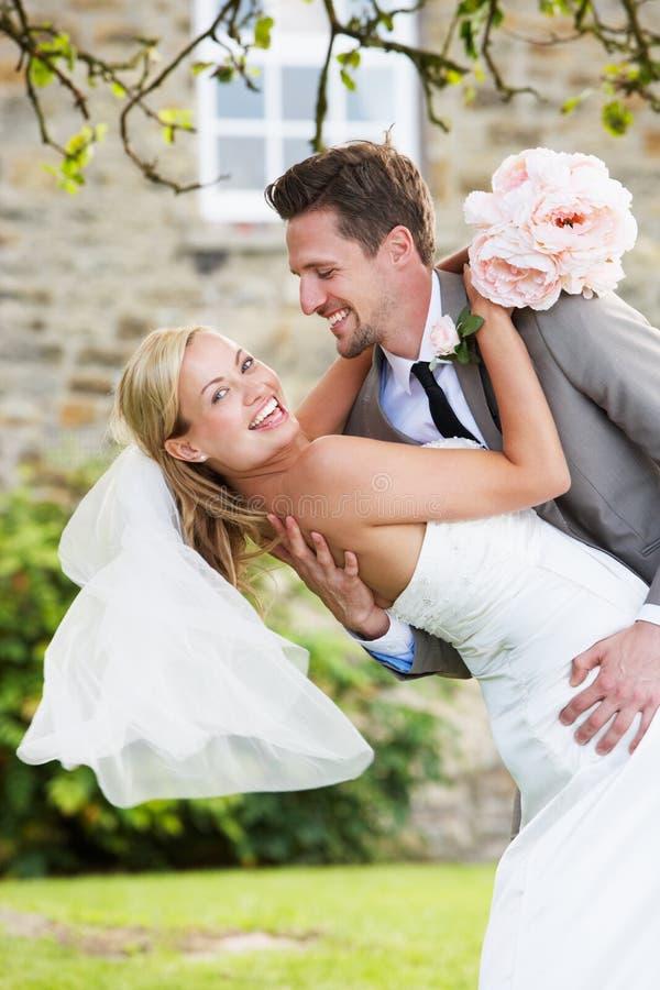 Romantisk brud och brudgum Embracing Outdoors royaltyfri fotografi