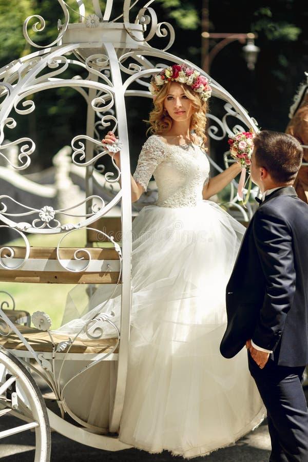 Romantisk brud och brudgum för sagabrölloppar som poserar i mag royaltyfri fotografi