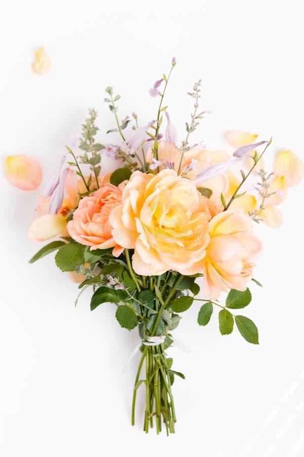Romantisk bukett av orange engelska rosor på en vit bakgrund royaltyfria foton
