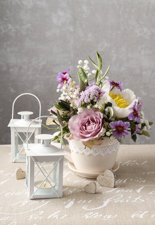 Romantisk bukett av rosor och pioner royaltyfria foton