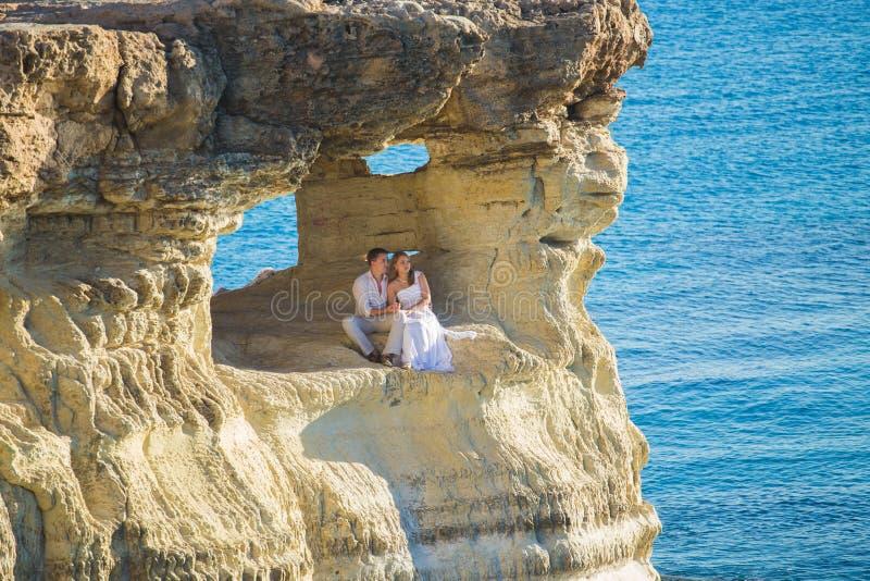 Romantisk datummärkning Unga älska par som omfamnar och tycker om havet arkivbild