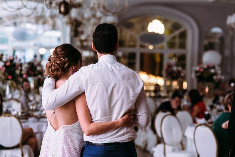 Romantisk embracement av det rättvisa gifta paret i restauranen arkivbild