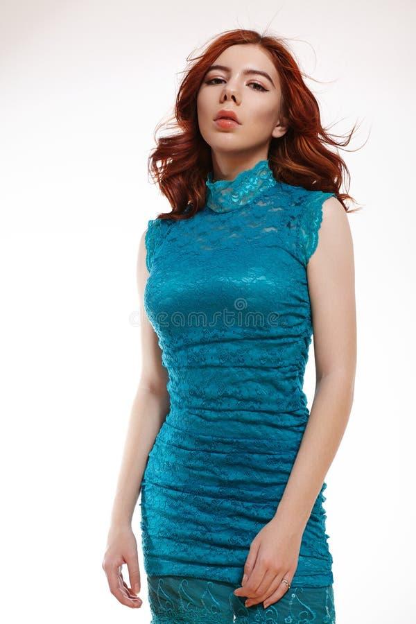 Romantisk europeisk flicka med skinande Ginger Hair Gullig mjuk tonåringflicka med lockigt rött hår i blåa Lacy Dress fotografering för bildbyråer