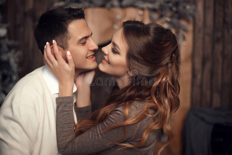 Romantisk förälskad parstående Gladlynt lycklig nygift personhuggin royaltyfria foton