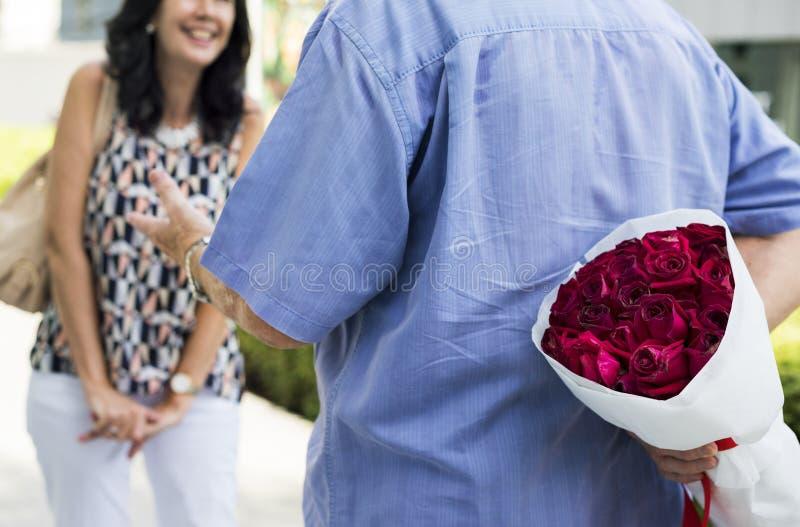 Romantisk förälskelsebröllopsdagöverraskning royaltyfria bilder