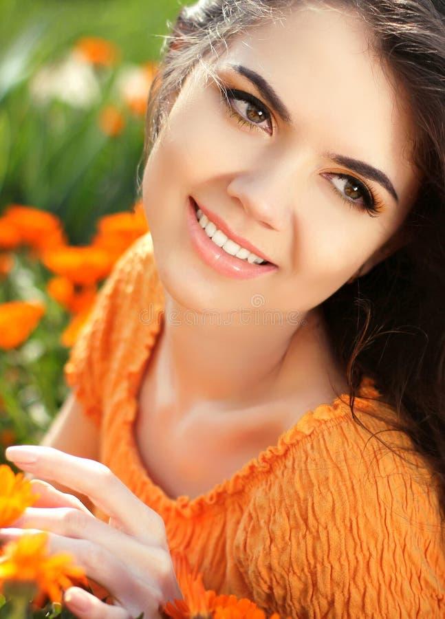 Romantisk flicka för skönhet utomhus. Härlig tonårs- modellflickasmi royaltyfria bilder