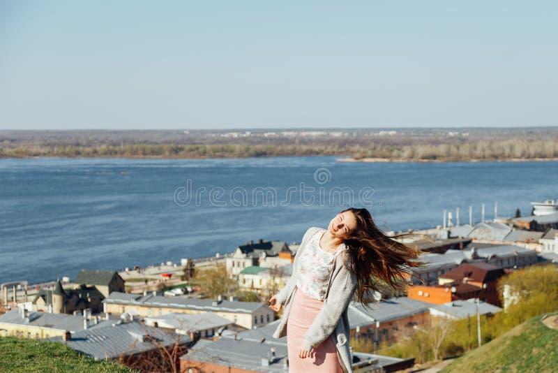 Romantisk flicka f?r sk?nhet utomhus h?rligt model ton?rs- royaltyfria bilder