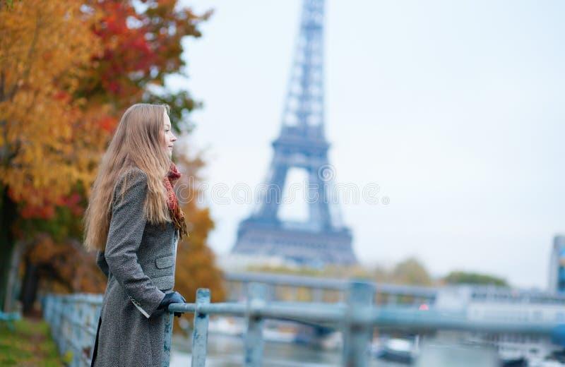 Romantisk flicka i Paris arkivfoton