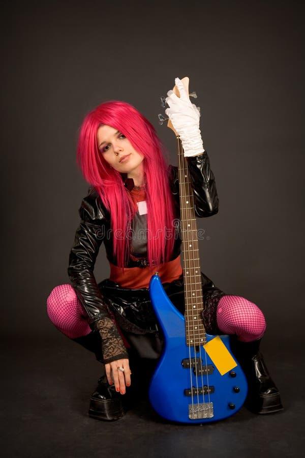 Romantisk flicka med gitarrinnehavcigaretten royaltyfri foto