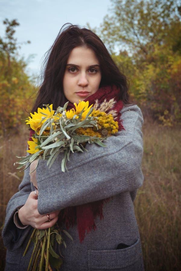 Romantisk flicka med solrosor i höstskog arkivfoton