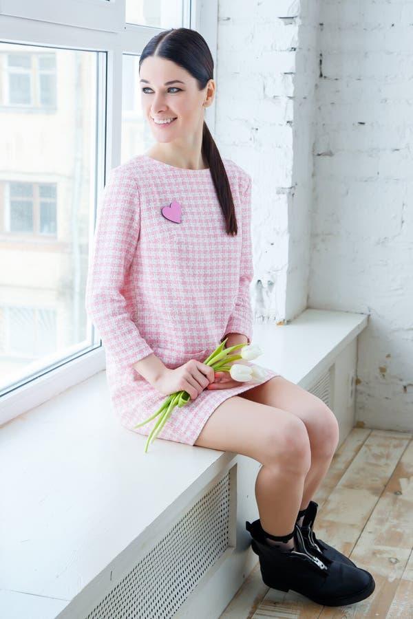 Romantisk flicka med tulpan Vår arkivbild