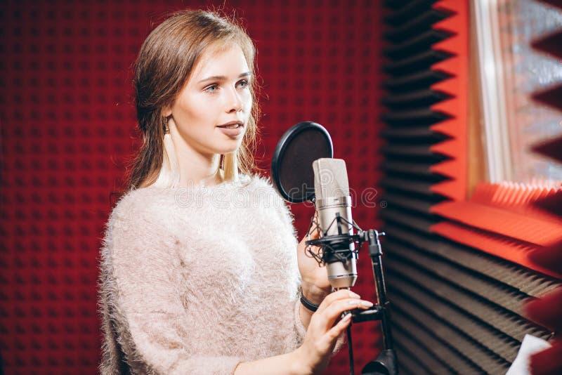 Romantisk flicka som inomhus sjunger sången Slut upp fotoet för sidosikt arkivfoto