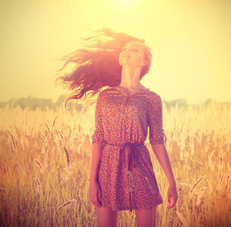 Romantisk flicka utomhus fotografering för bildbyråer
