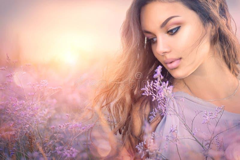 Romantisk flickastående för skönhet Härlig kvinna som tycker om naturen royaltyfria bilder