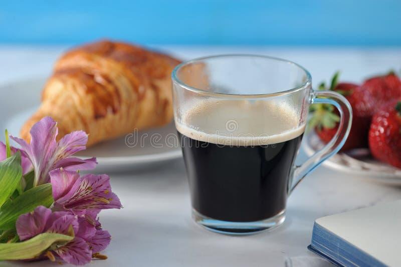 Romantisk frukost för morgon - kaffemag, tom anteckningsbok royaltyfri bild