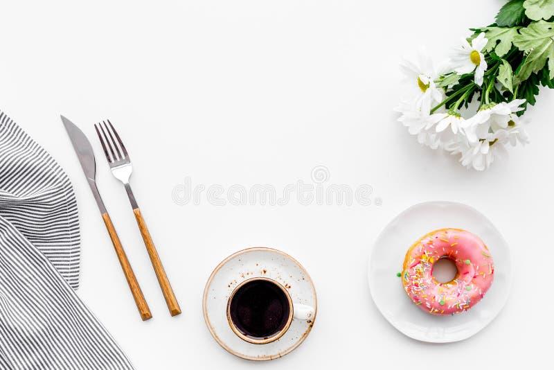 Romantisk frukost med blommor på tabellen Kaffe med efterrätten på vitt utrymme för kopia för bästa sikt för bakgrund arkivfoton