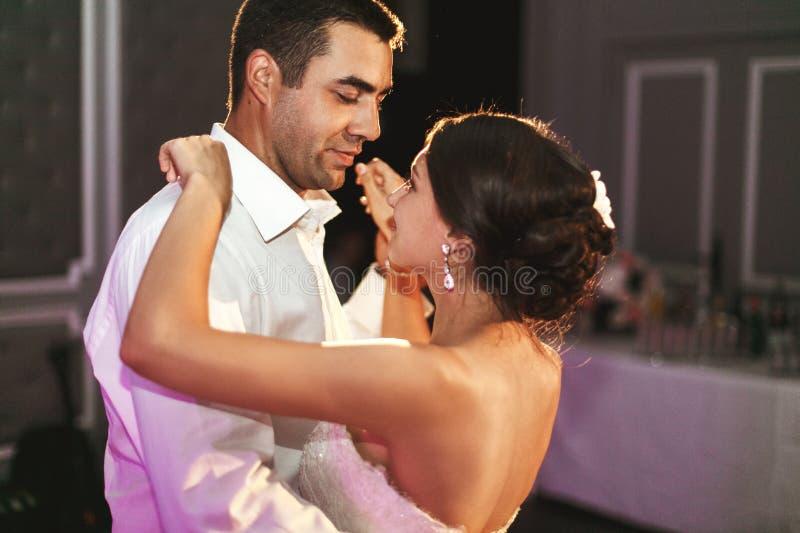 Romantisk gift parbrud- och brudgumdans på brölloprecep royaltyfria bilder