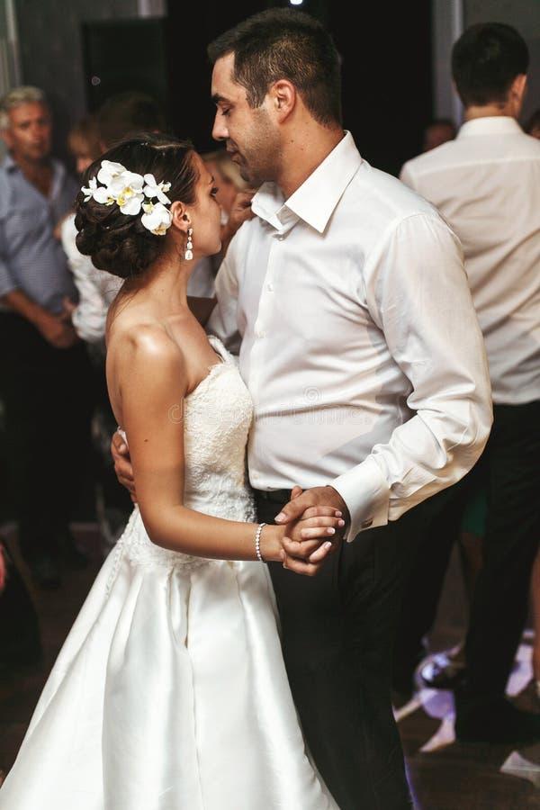 Romantisk gift parbrud- och brudgumdans på brölloprecep arkivbilder