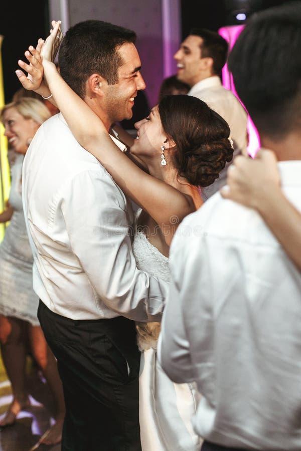 Romantisk gift parbrud- och brudgumdans på brölloprecep fotografering för bildbyråer