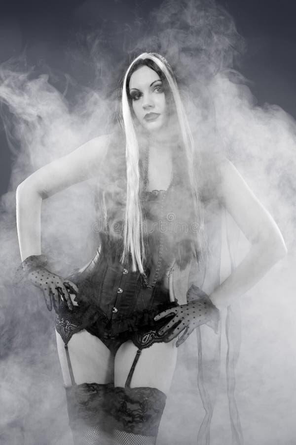 Romantisk gotisk flicka i korsetten, skott över rökigt royaltyfri fotografi