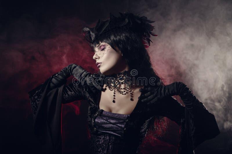 Romantisk gotisk flicka i viktoriansk stilkläder royaltyfri bild