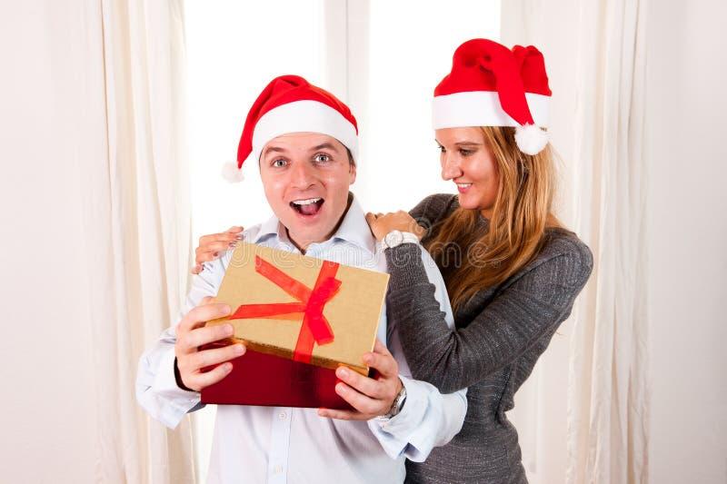 Romantisk härlig kvinna som ger julgåva arkivfoto