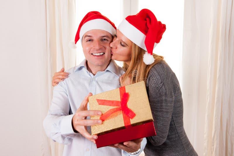 Romantisk härlig kvinna som ger julgåva royaltyfri bild