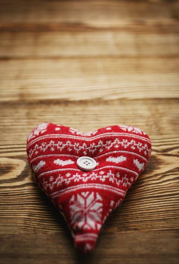 Romantisk hjärta på träbakgrund royaltyfria bilder
