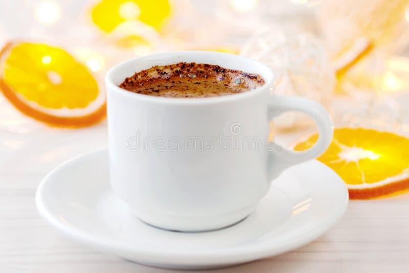 Romantisk kopp för frukost A av svart kaffe med choklad på en bakgrund av glödande lyktor arkivfoton