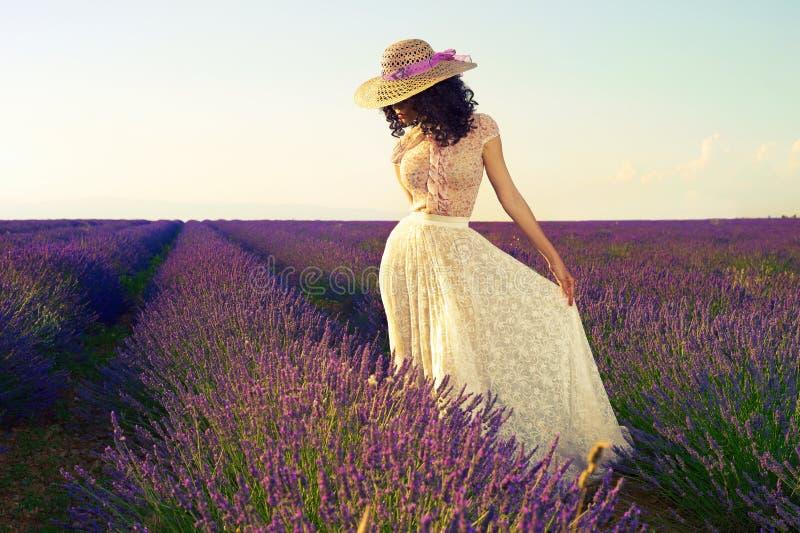 Romantisk kvinna i felika lavendelfält royaltyfri fotografi