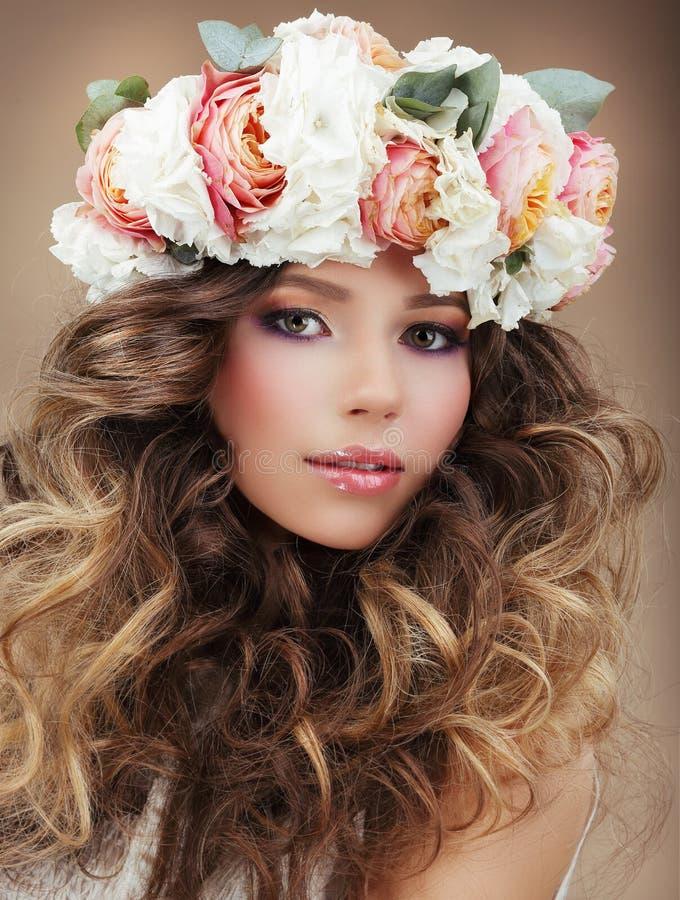 Romantisk kvinna i krans av blommor med perfekt S royaltyfri fotografi
