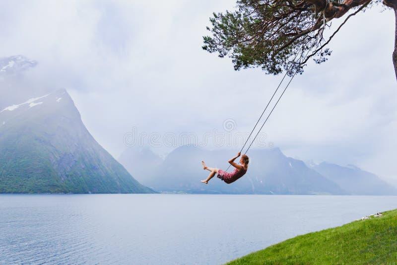 Romantisk kvinna på gunga, dröm och inspiration fotografering för bildbyråer