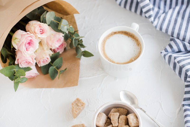 Romantisk kvinnlig bakgrund med kaffe och rosor royaltyfria foton