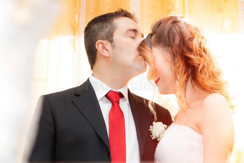 Romantisk kyss av nygifta personer royaltyfria bilder