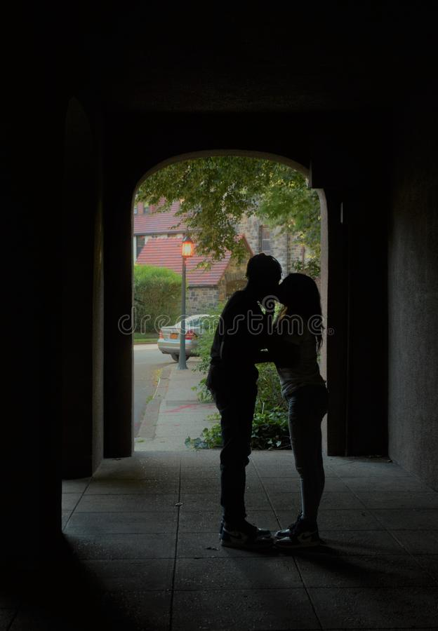 Romantisk kyssande offentlig affektion för barnförälskelse arkivfoton