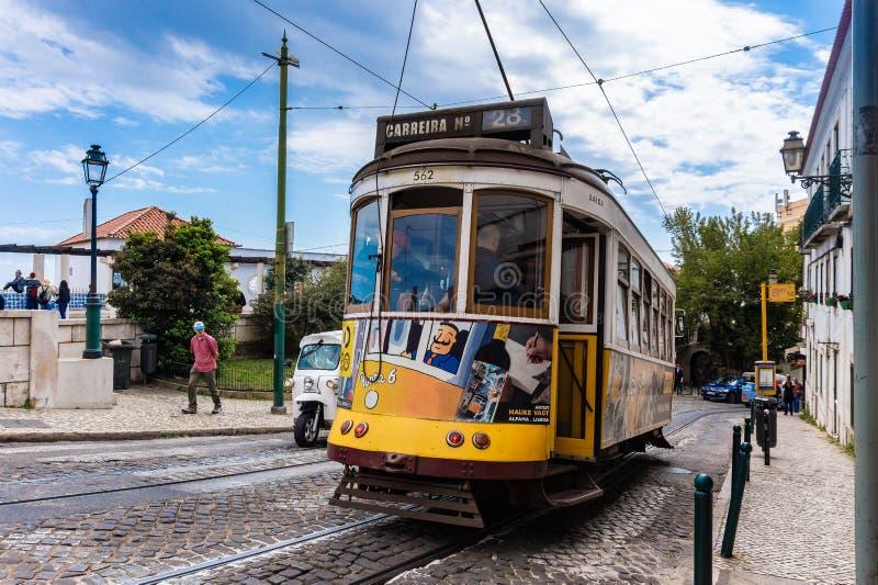 Romantisk Lissabon gata med den typiska gula spårvagnen, Portugal arkivfoto
