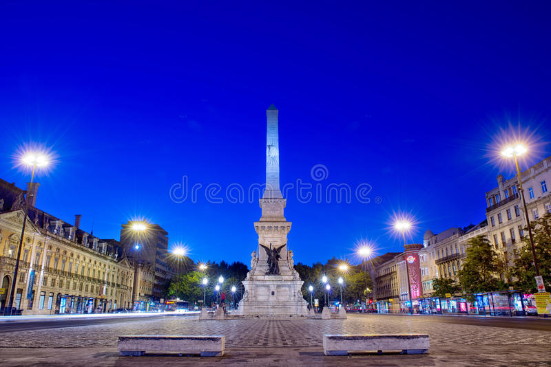 Romantisk Lissabon gata Springbrunn på natten i mitten av cet arkivfoton